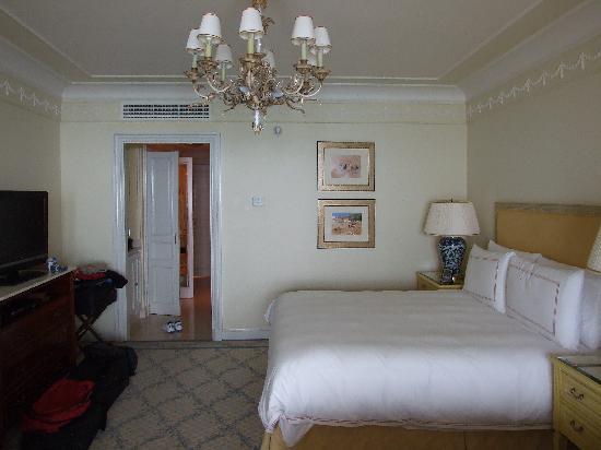 Four Seasons Hotel Alexandria : Spacious room with flat screen TV and beautiful seaview.