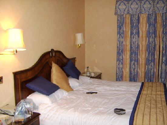 Copthorne Hotel Effingham Gatwick: Our bed