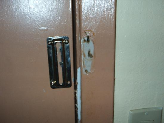 Days Inn Crowley: No security!