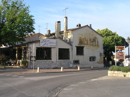 Cabris, France: View of the side of the restaurant