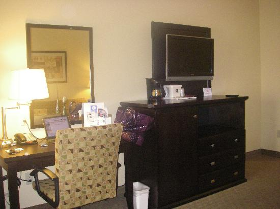 Baymont Inn & Suites Mesa Near Downtown: Desk & MiniBar