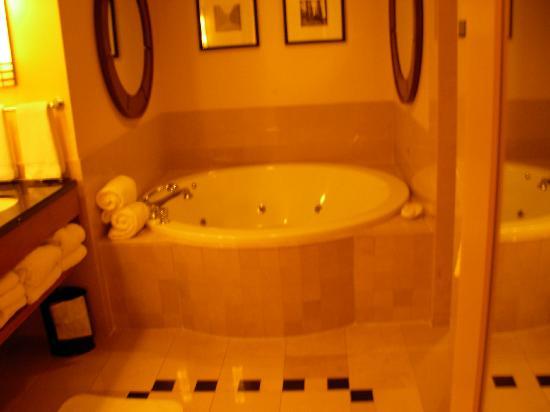 Caesars Windsor : round jetted tub