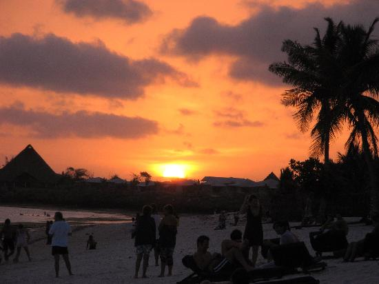 Jacaranda Beach Resort: tramonto in spiaggia