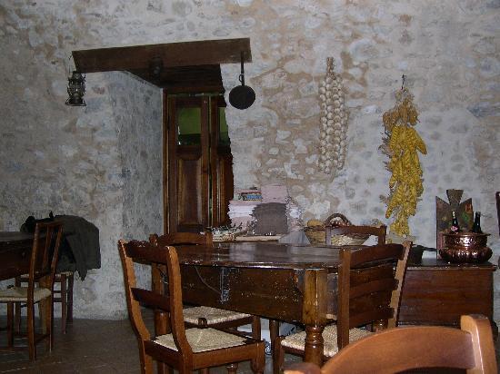 Il Casale degli Amici: Un'angolo del ristorante
