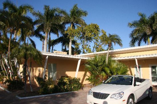 Tropical Beach Resorts: The obligatory Sebring Convertible