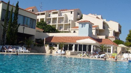 SENTIDO Kaktus Resort: la piscine avec vu sur les balcons
