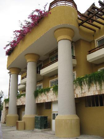 Pueblito Luxury Condohotel: Hotel Exterior