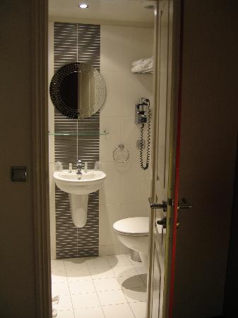Hotel Arc de Triomphe: Bathroom