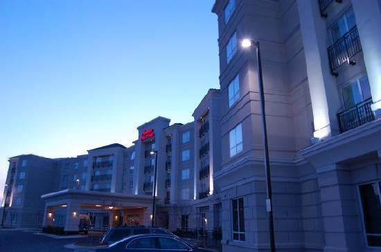 Hampton Inn & Suites Washington-Dulles International Airport: Picture of hotel from the outside! It was cold!