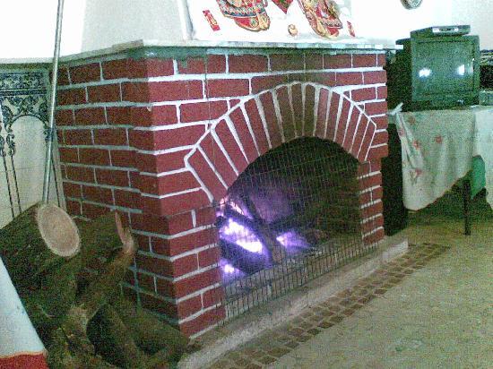 Pousada de Coloane Beach Hotel & Restaurant: fireplace in restaurant