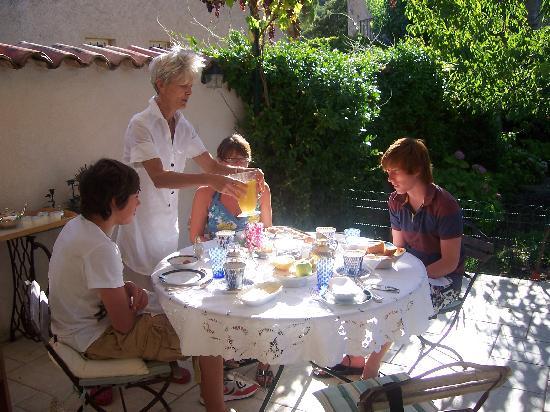 La Grande Maison: Breakfast being served