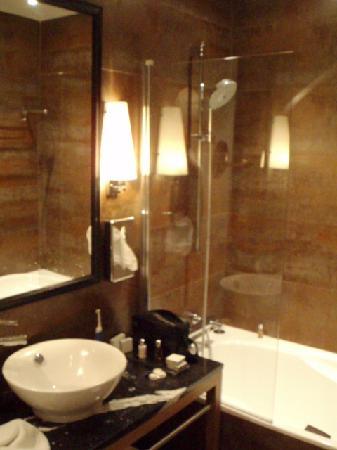 Hotel Le Six: Modern compact bathroom