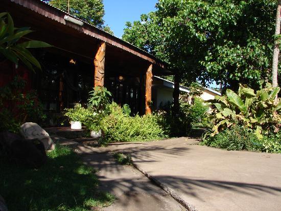Hotel Oceania Rapa Nui: Jardines y entrada al comedor
