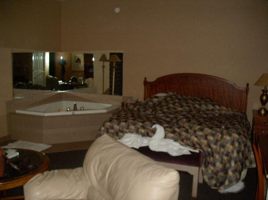 Skaneateles Suites: Jacuzzi and comfy king-sized bed