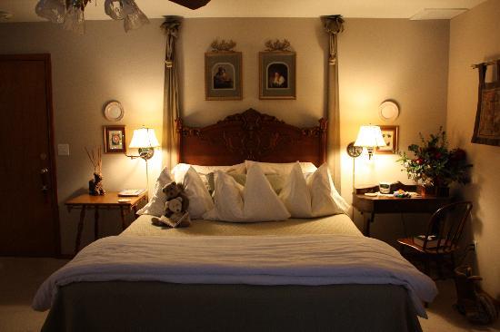 All Seasons River Inn: Our Lovely room, plus cute bears!