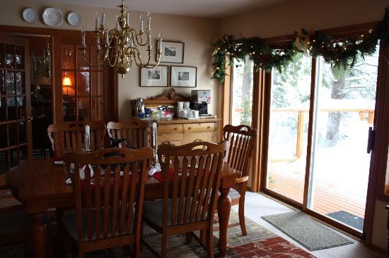 All Seasons River Inn: Breakfast area