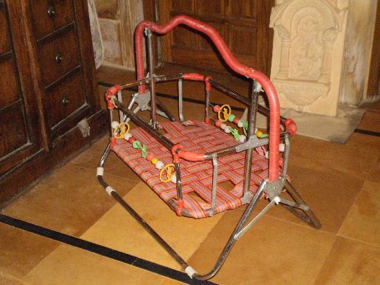 Hotel Garh Jaisal Haveli : broken 'cot'