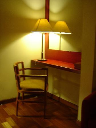 Hotel Bumi Sawunggaling: Junior Suite - Dresser
