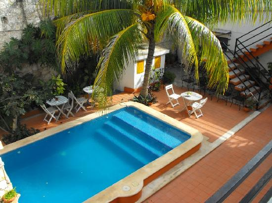 Hotel Mucuy: The pool from the 2nd floor