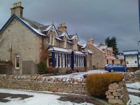 Ravenscraig Guest House: In the snow :)
