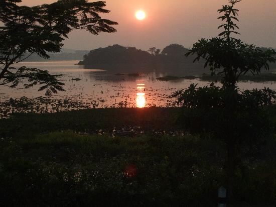 Viang Yonok Hotel, Restaurant, Sports Club: Sunset over Lake Saen