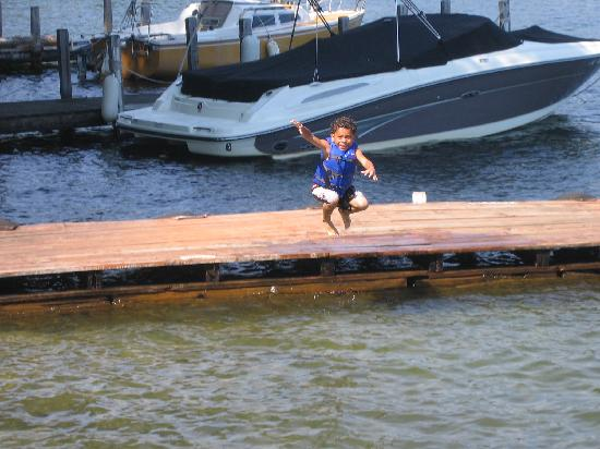 Bonnie View on Lake George: One of kids jumping into the lake
