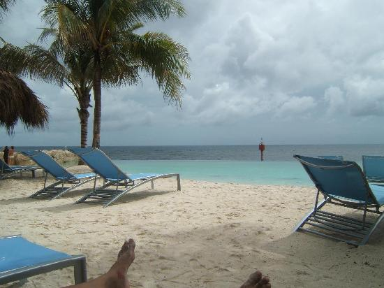 Renaissance Curacao Resort & Casino: Although a cloudy day, we had a splendid time!