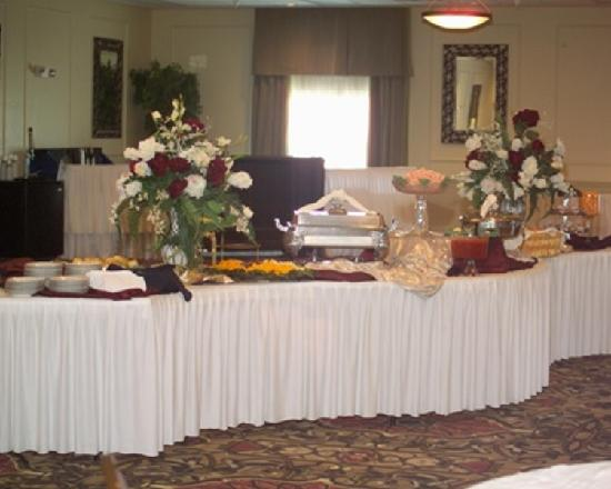 Holiday Inn Express and Suites Beatrice: Buffet table in reception area