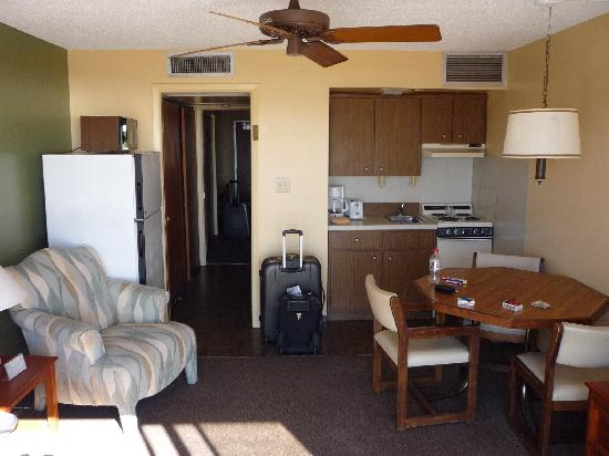 Jefferson Motel Apartments: Living Area with fully fitted Kitchen