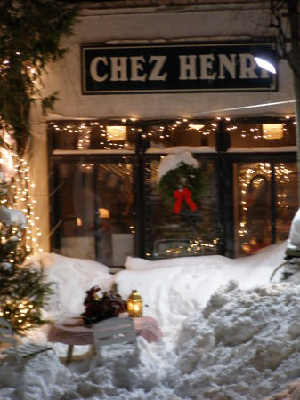 Chez Henri: Welcoming Exterior