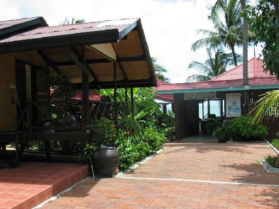 Secret Garden Beach Resort: Garden Bungalow and Restaurant