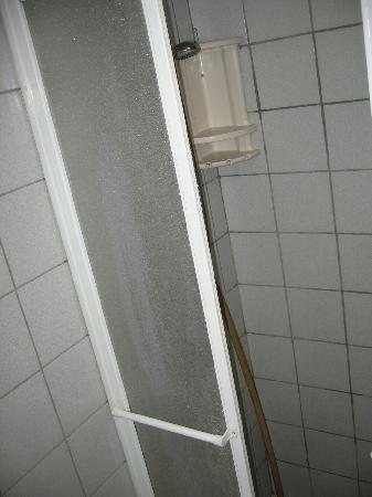 Eilat Guest House: shower