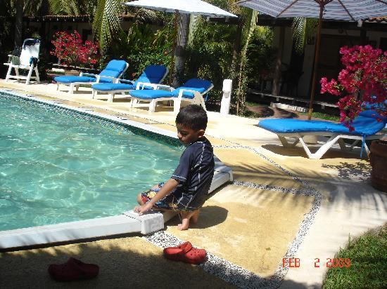 Barra de Potosi, México: Mi hijo en la piscina del hotel