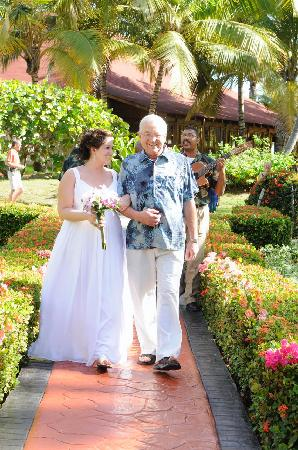 Grand Palladium Palace Resort Spa & Casino: Me & Dad walking up the aisle with the trio following us
