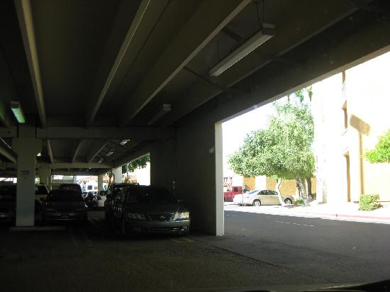 Courtyard Phoenix Camelback: Free parking garage behind hotel