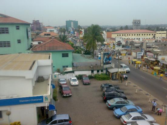 Frankie's Hotel and Restaurant : local sellers of ghana handicrafts