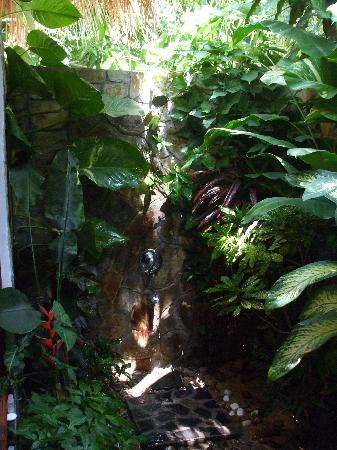 Cham Villas: villa outdoor shower