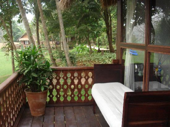 Le Bel Air Boutique Resort : Sunbed in the balconey of our bungalow