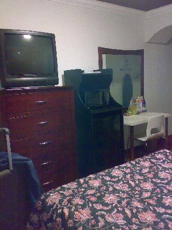 Americas Best Value Inn - Los Angeles / Hollywood: tv MH fridge