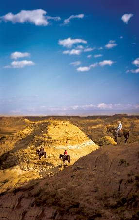 Kuzey Dakota: Horseback Riding in the Badlands-North Dakota Tourism/Jason Lindsey