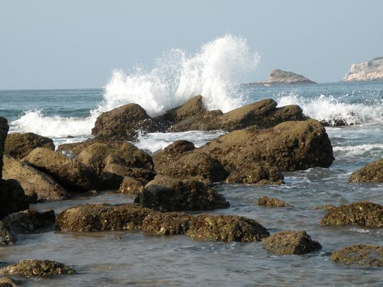 Decameron Los Cocos: waves off the point