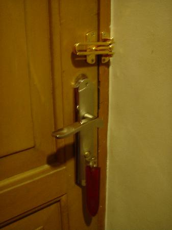 Hotel Bumi Sawunggaling: Junir Suite - Door Handle