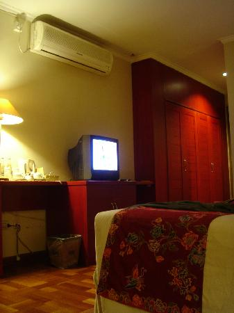 Hotel Bumi Sawunggaling: Junior Suite - Big Aircon Unit