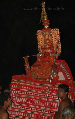 Kannur, Indien: One of the Theyyam performs at Andalur Kaavu, Dharmadam