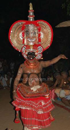 Kannur, Ινδία: One of the Theyyam performs at Andalur Kaavu, Dharmadam