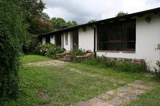 Casa Hernandez: Frente de la casa desde el portón de ingreso