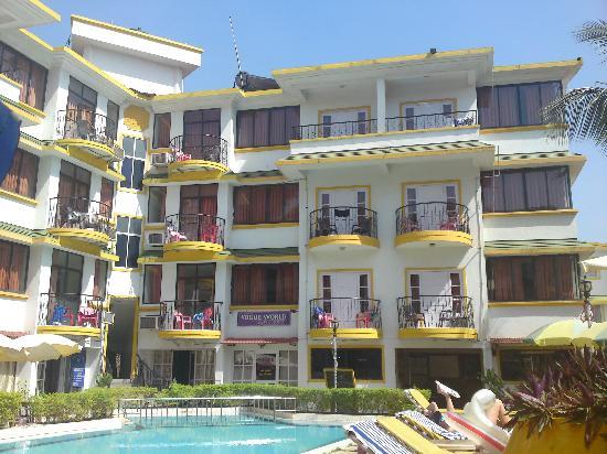 Santa Monica Resorte: hotel from the pool