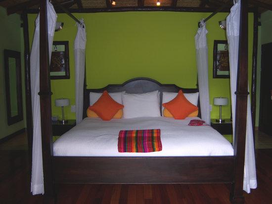 Nayara Resort Spa & Gardens: Very comfortable king size bed