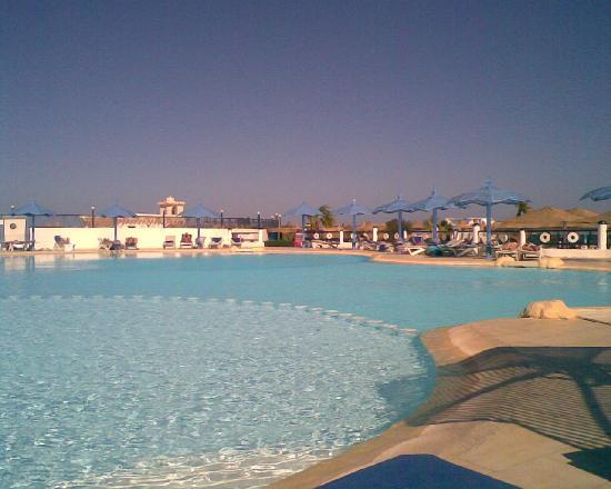 Aladdin Beach Resort: Pool side