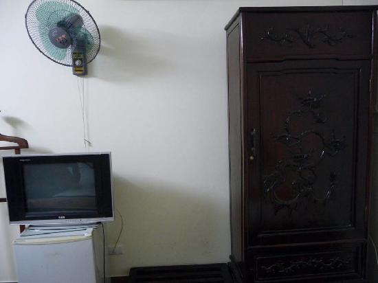 Duc Thai Hotel : TV, fridge, wardrobe